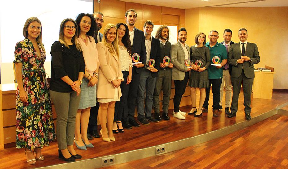 La consejera de Igualdad, Rocío Ruiz, con los galardonados con los premios Andalucía Joven.