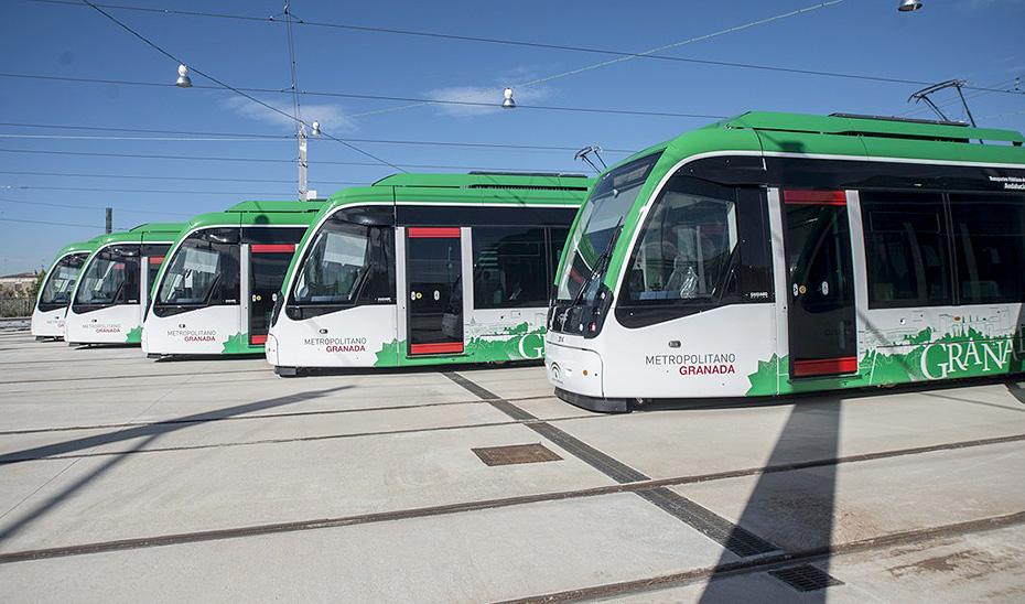 Varios de los trenes que circulan por el Metro de Granada.