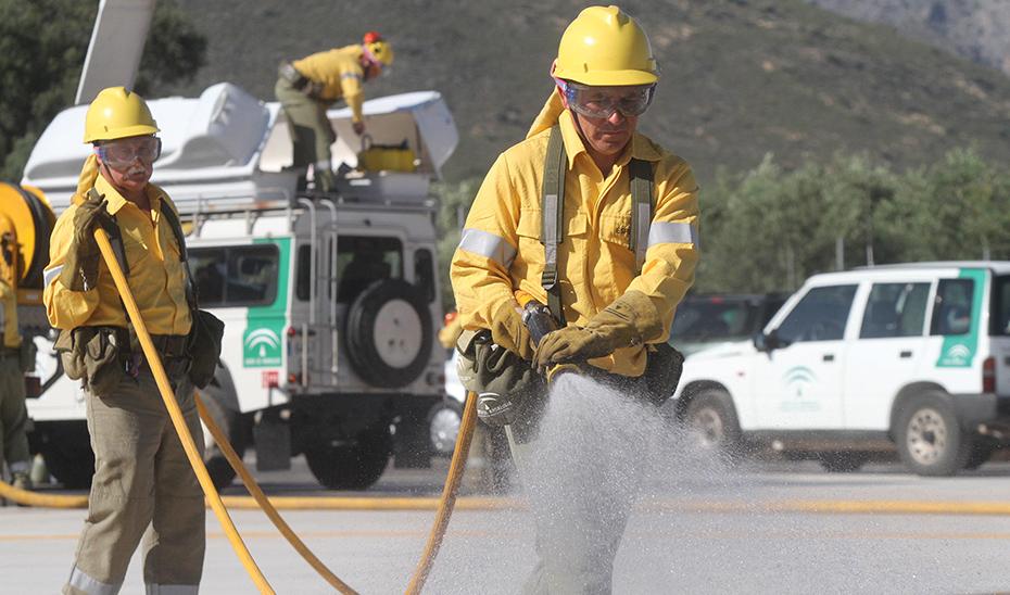 Bomberos andaluces participando en la extinción de un incendio forestal. (Foto EFE)