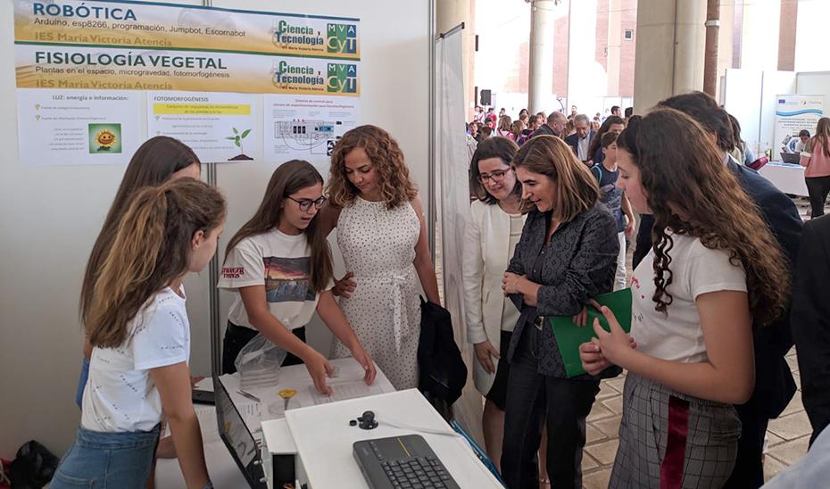 La consejera Rocío Blanco atiende las explicaciones de un grupo de estudiantes sobre el proyecto que han presentado en FANTEC19.