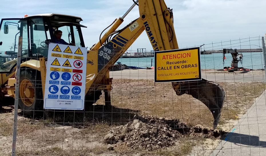 Una máquina excavadora trabaja en las obras del puerto de Barbate, en Cádiz.