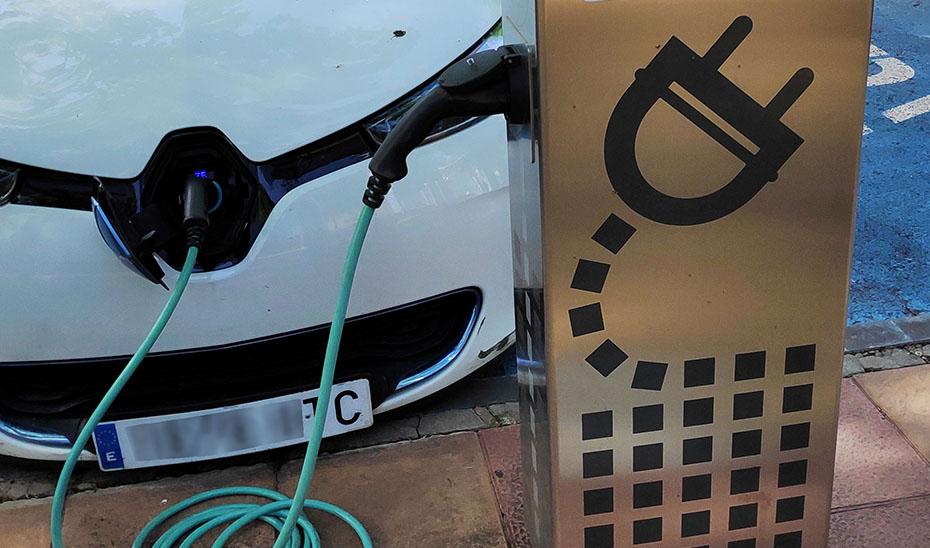 Un vehículo eléctrico en plena operación de recarga.