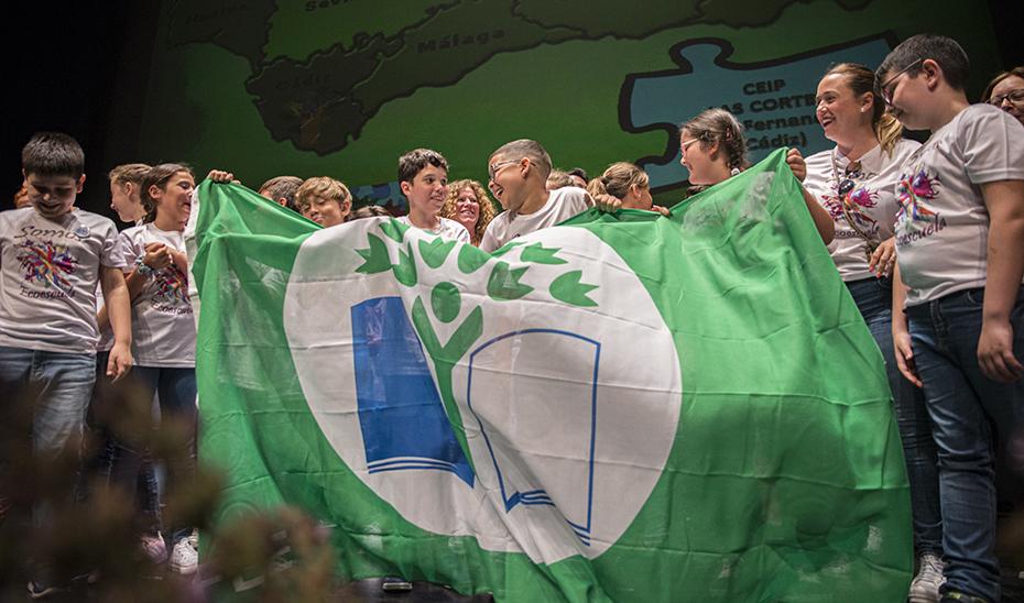 Los alumnos del CEIP Las Cortes de San Fernando con la Bandera Verde que acredita al centro como Ecoescuela.