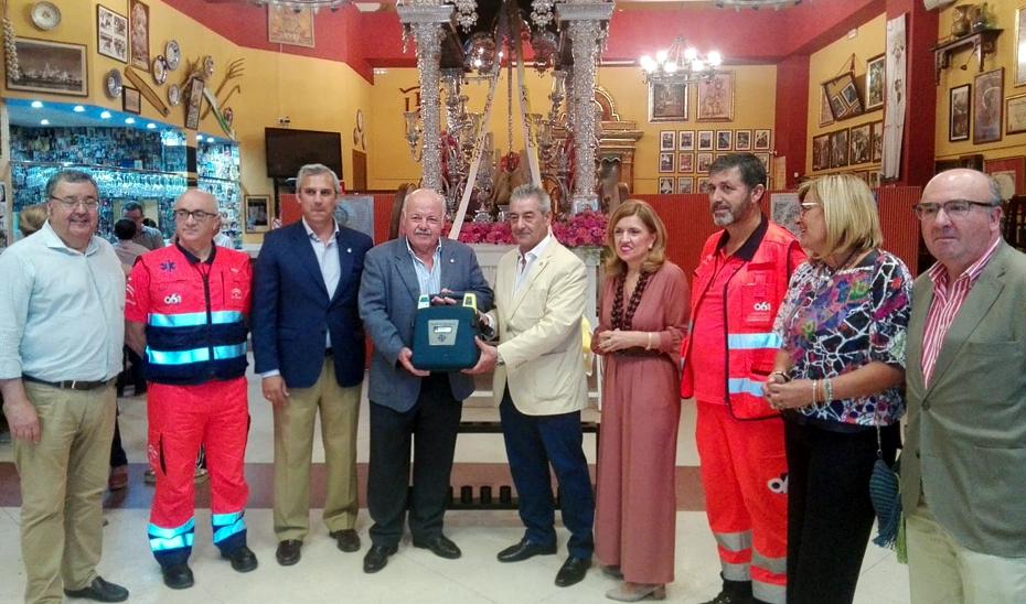 El consejero Jesús Aguirre entrega el desfibrilador a la Hermandad del Rocío de Córdoba.