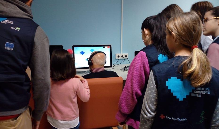 Acción de voluntarios digitales de la Cruz Roja desarrollada a través del proyecto Andalucía Compromiso Digital de la Junta.