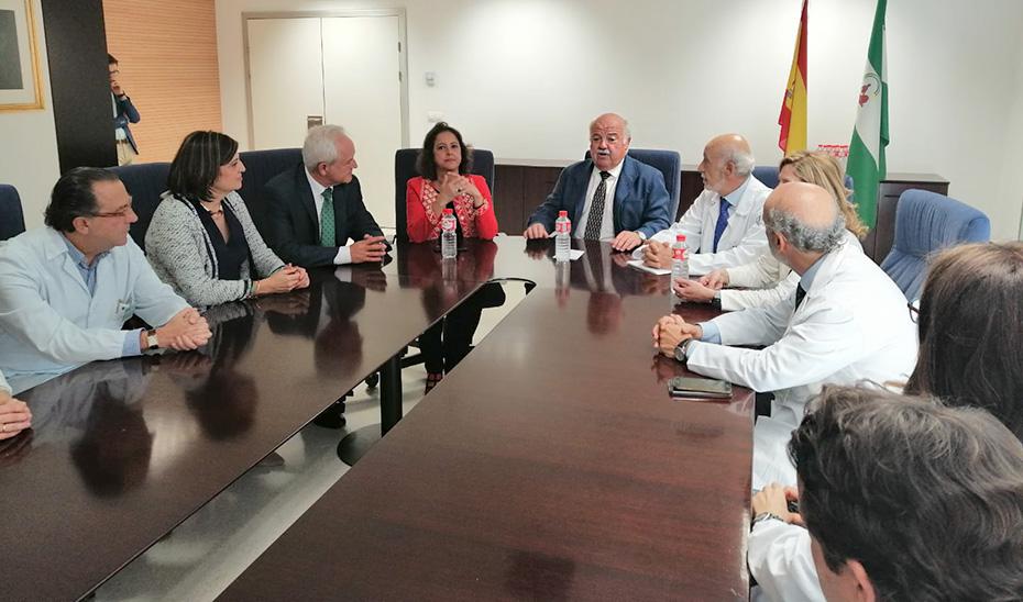 El consejero de Salud y Familias, Jesús Aguirre, reunido con la dirección del Hospital de Jaén.