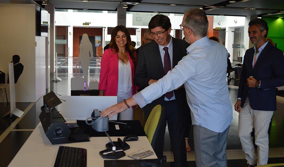 El vicepresidente, Juan Marín, antes de ponerse unas gafas de realidad virtual durante su visita a Andalucía Lab en Marbella.