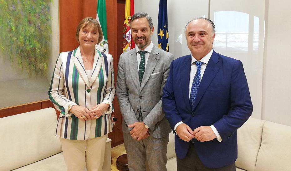 Juan Bravo, con los directores de CaixaBank en Andalucía Occidental y Andalucía Oriental, María Jesús Catalá y Juan Ignacio Zafra.