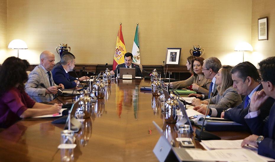 El presidente de la Junta, Juanma Moreno, preside la reunión de la Comisión Delegada para Asuntos Económicos del Gobierno andaluz.