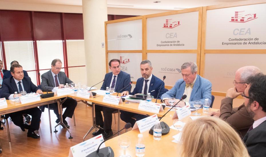 El consejero de Hacienda, Juan Bravo, durante la reunión con miembros de la Confederación de Empresarios de Andalucía (CEA).