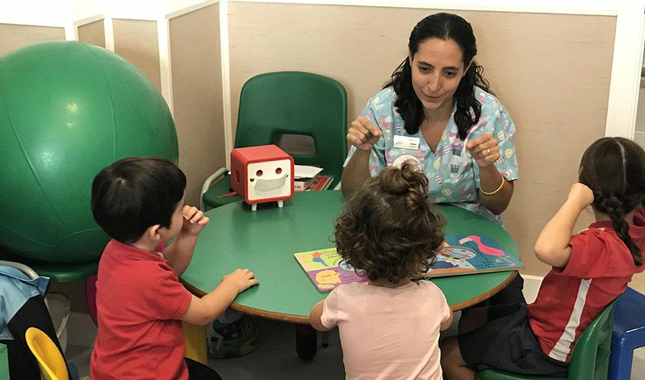 Una especialista en Atención Infantil Temprana enseñando a niños andaluces.