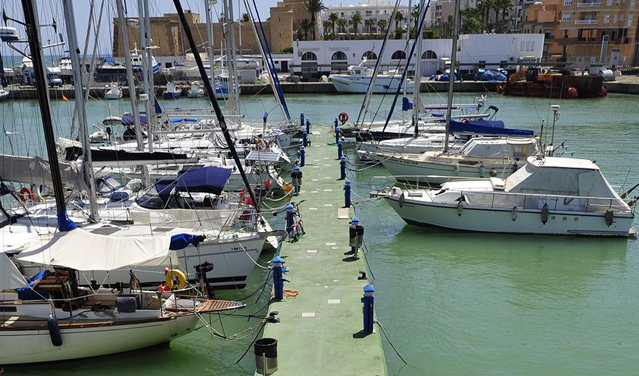 Un pantalán de atraque del puerto deportivo de Roquetas de Mar.