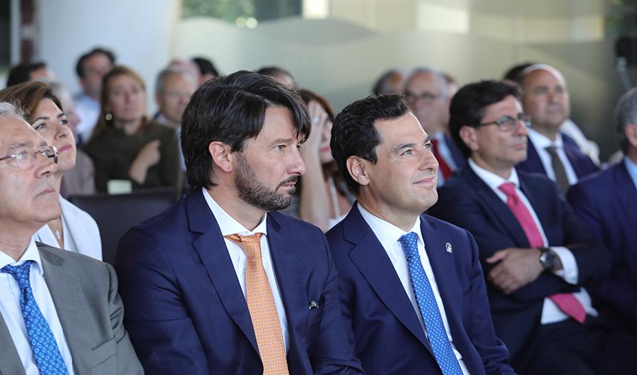 El presidente de la Junta, Juanma Moreno, junto al consejero delegado de El Economista, Pablo Caño, y el consejero de Economía, Rogelio Velasco, durante el acto.