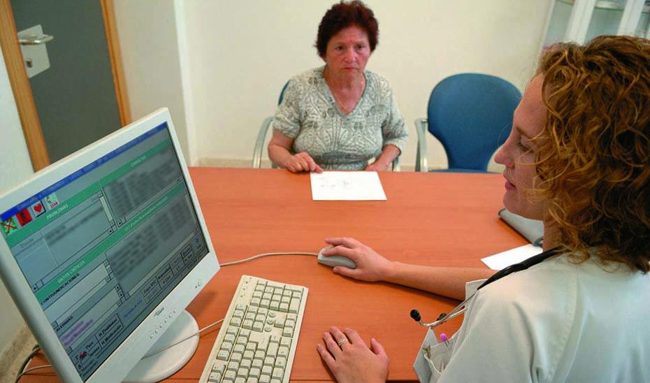 Los profesionales contratados ofrecerán asistencia sanitaria en  49 hospitales y 1.500 centros de salud de Andalucía.
