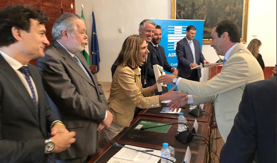 La consejera Rocío Blanco entrega el Premio Asepeyo a las mejores prácticas en prevención de riesgos laborales.