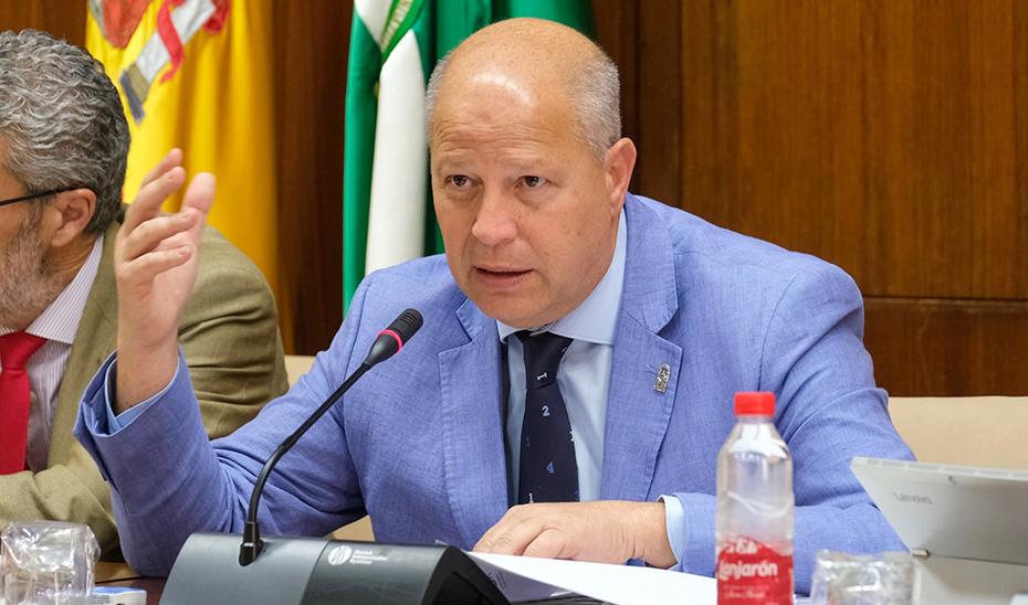 El consejero de Educación y Deporte, durante su comparecencia en la Comisión parlamentaria de Educación.