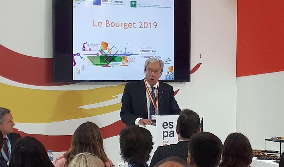El consejero de Economía, Rogelio Velasco, hoy en París durante su intervención en feria aeroespacial Le Bourget.