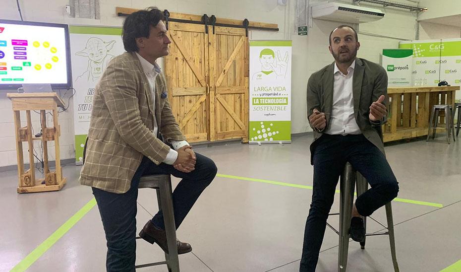 Alejandro Costa, primer Embajador Emprende, explicando el éxito de C&G Solutions al secretario general de Empleo, José Agustín González.