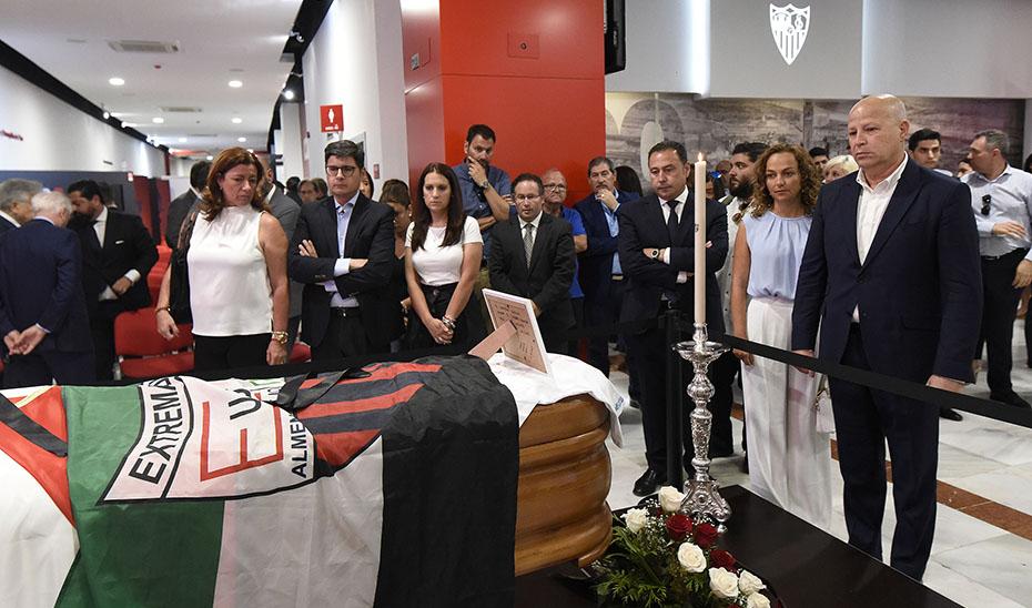 El consejero de Educación y Deporte, Javier Imbroda, esta tarde mostrando sus respetos ante el féretro del futbolista José Antonio Reyes.