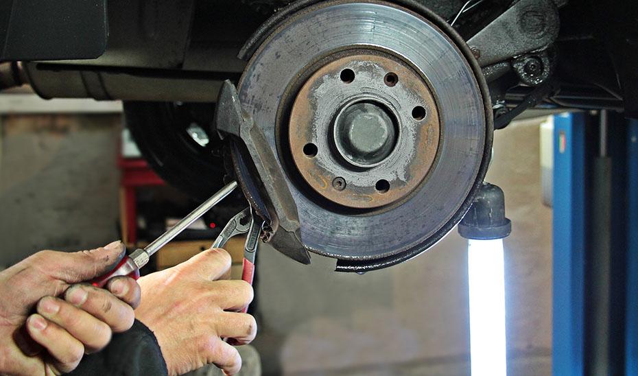 Trabajos en un taller mecánico de coches como los que van a ser inspeccionados por la Junta.