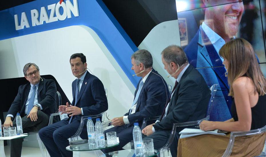 El presidente de la Junta, Juanma Moreno, durante la conferencia en \u0027La Razón\u0027