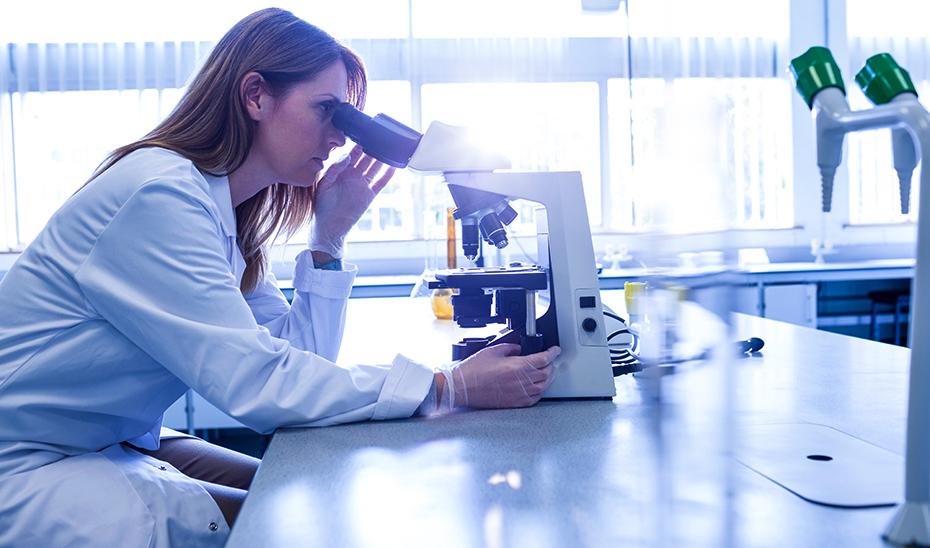 Investigadora trabajando en un laboratorio especializado en biotecnología.