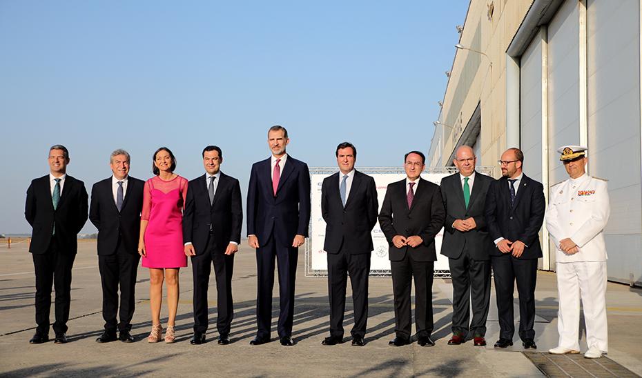 El presidente de la Junta, Juanma Moreno, junto a Felipe VI y representantes de los empresarios.