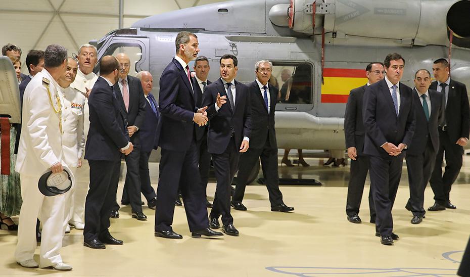 El presidente conversa con Felipe VI en presencia del consejero de Economía, Conocimiento, Empresas y Universidad, Rogelio Velasco.