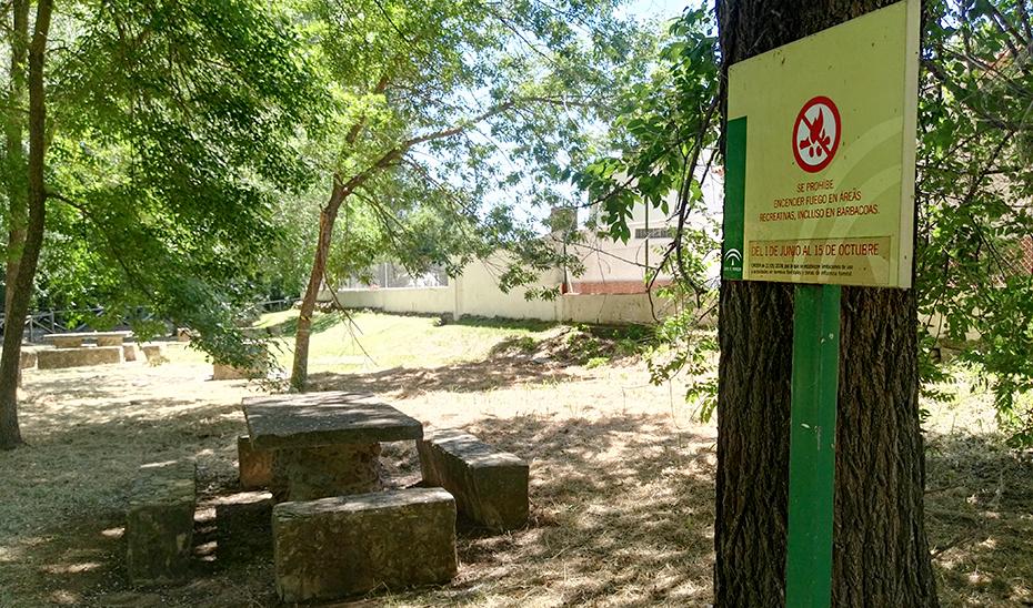 Un cartel indica la prohibición de encender fuegos durante el verano.