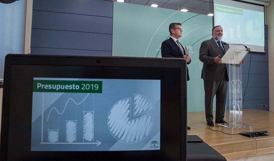 El delegado del Gobierno en Granada, Pablo García, y el delegado de Turismo, Justicia, Regeneración y Administración Local, Gustavo Rodríguez.