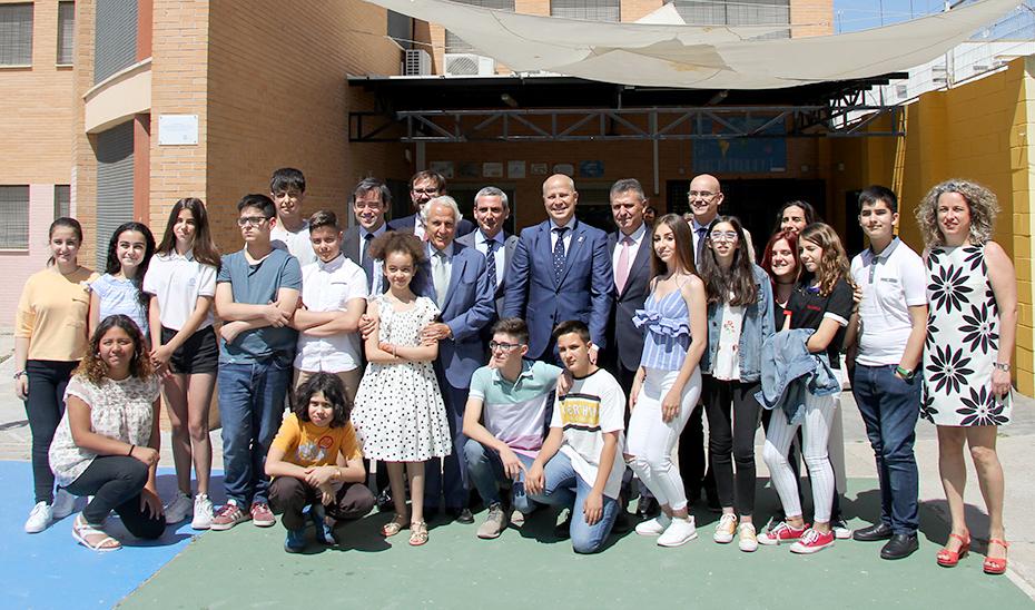 El consejero de Educación y Deporte, Javier Imbroda, con los organizadores y alumnos beneficiarios del programa \u0027School&Talent\u0027.