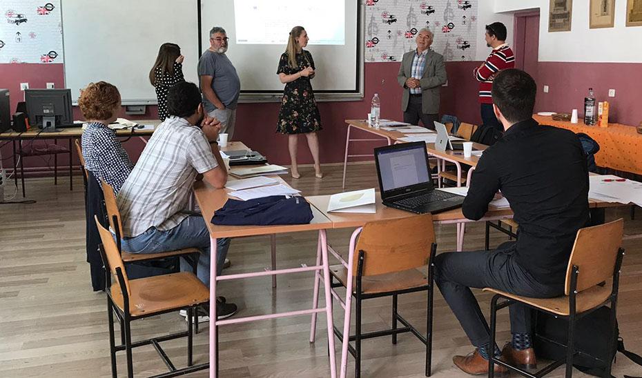 Grupo de profesores reunidos en el aula de un colegio andaluz.