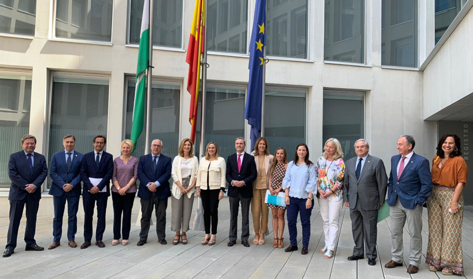 La consejera Marifrán Carazo con representantes de los colegios oficiales de Arquitectos, Aparejadores y Administradores de Fincas.