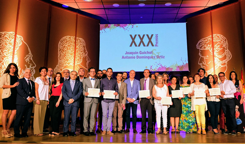 El consejero Javier Imbroda posa con los profesores premiados.