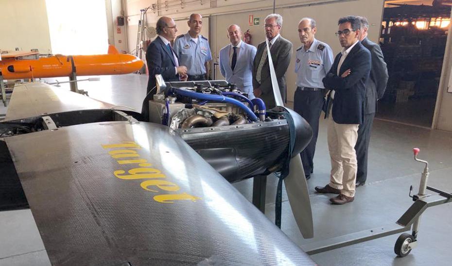 El consejero Rogelio Velasco atiende las explicaciones del Centro Experimental Aeronáutico de El Arenosillo.