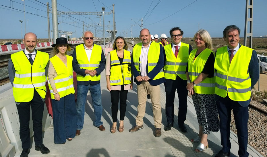 Un momento del recorrido de Carazo, junto a responsables de Renfe y ADIF y autoridades.