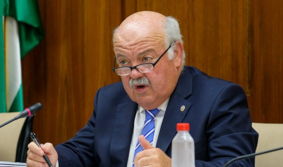 El consejero de Salud y Familias, Jesús Aguirre, en comisión parlamentaria.