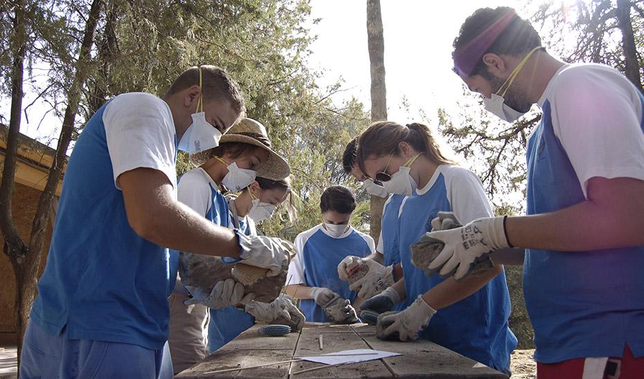 Un grupo de jóvenes participa en las actividades de los Campos de Voluntariado del IAJ.