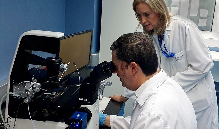 La ginecóloga coordinadora de la unidad, Elena Mantrana, y el coordinador del laboratorio, el embriólogo Ignacio Peral.