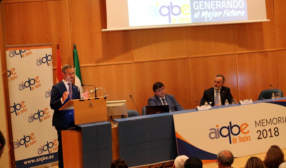 El consejero de Hacienda, Industria y Energía, Juan Bravo, interviniendo en la presentación de la memoria 2018 de AIQBE en Huelva.