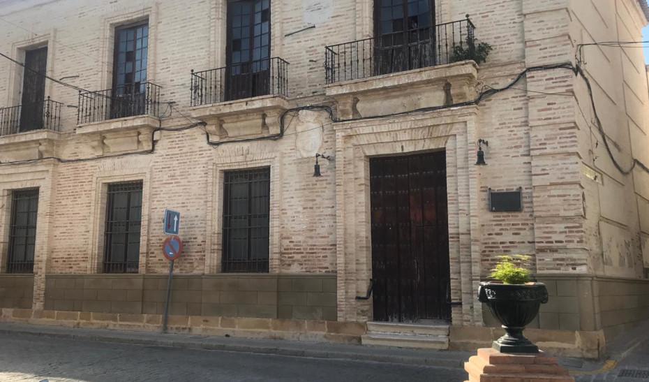 Fachada del Ayuntamiento de Fuentes de Andalucía, en Sevilla, actualmente desalojado.