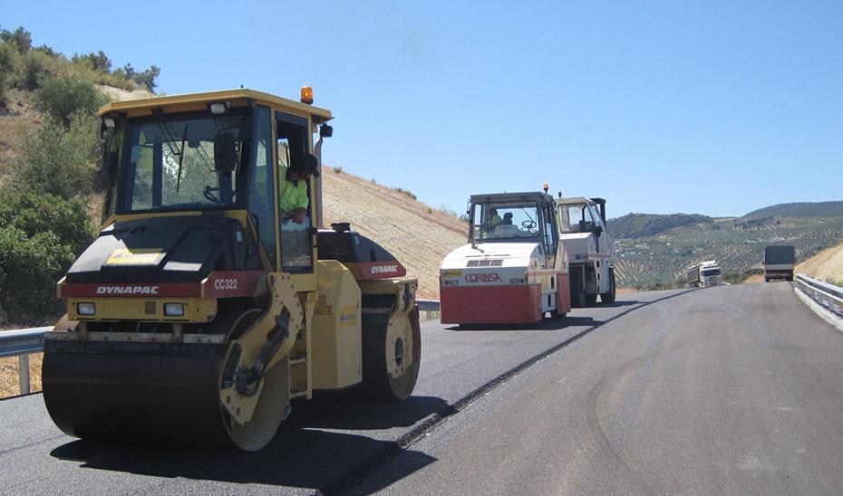 Maquinaria pesada trabajando en una obra para el mantenimiento y conservación de la red de carreteras andaluzas.
