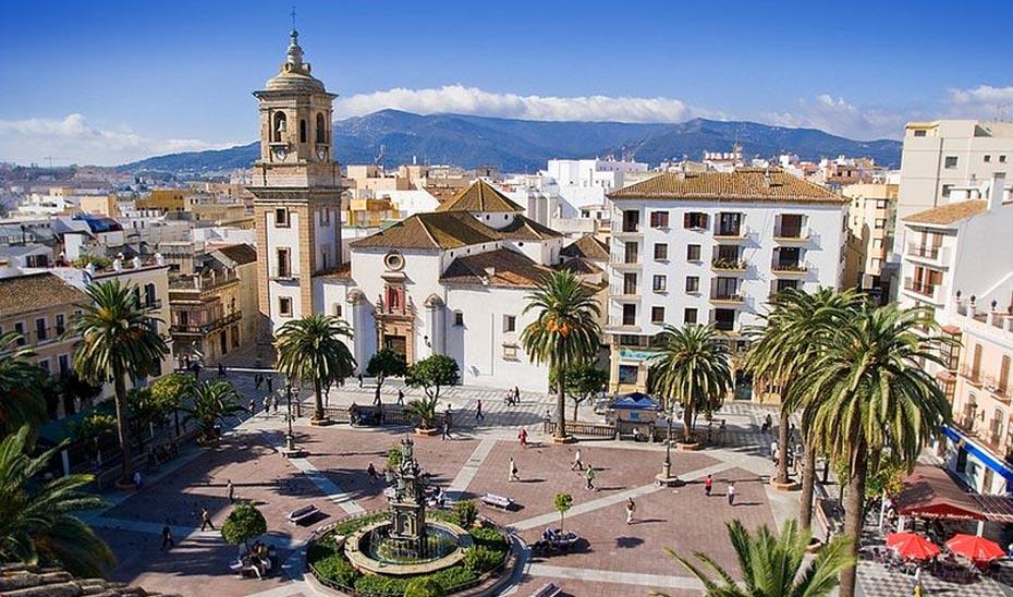 Panorámica de la Plaza Alta de Algeciras, destacando la Iglesia de Nuestra Señora de la Palma al fondo.