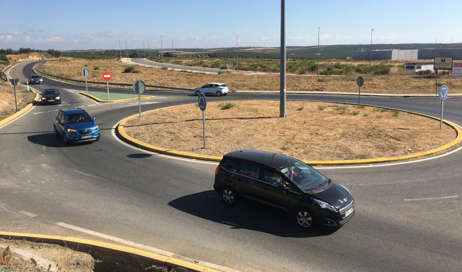 Varios vehículos circulan por la carretera que conecta Pilas con la autopista Sevilla-Huelva (A-49).