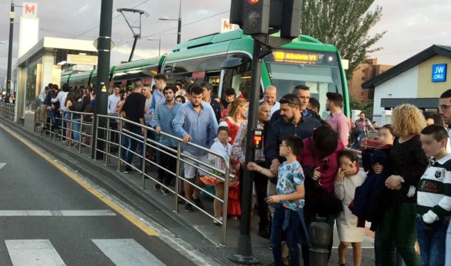 Un numeroso grupo de usuarios tras bajar del metro de Granada.
