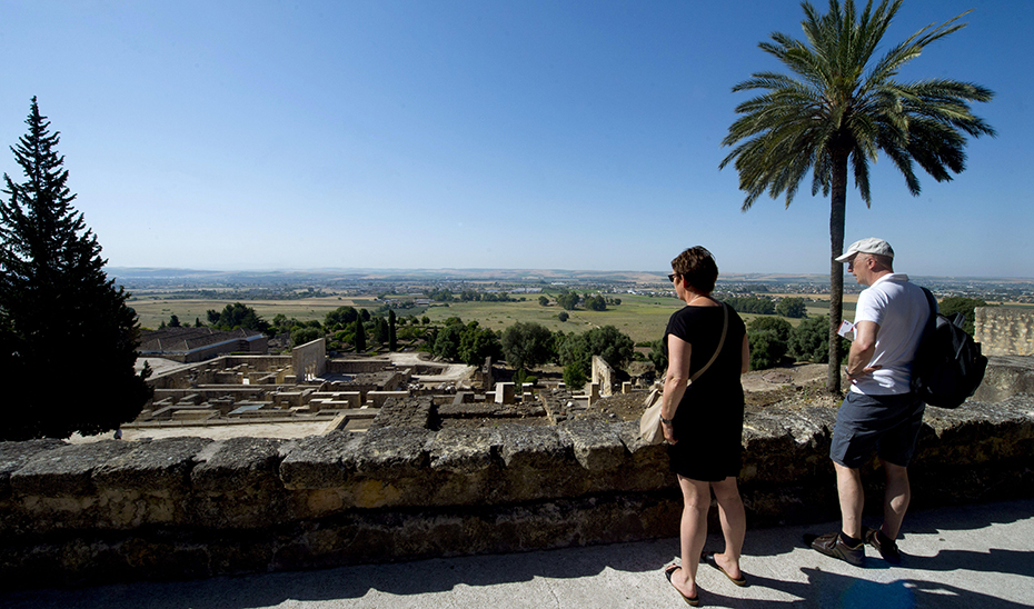 Turistas visitando el complejo monumental de Medina Azahara en Córdoba. (Foto EFE)