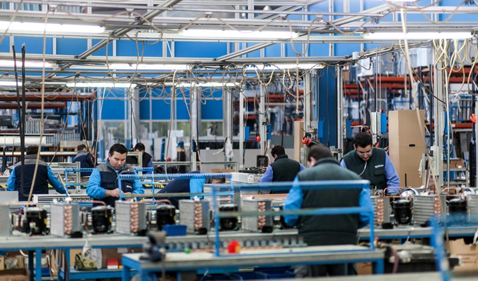 Operarios trabajando en una factoría.