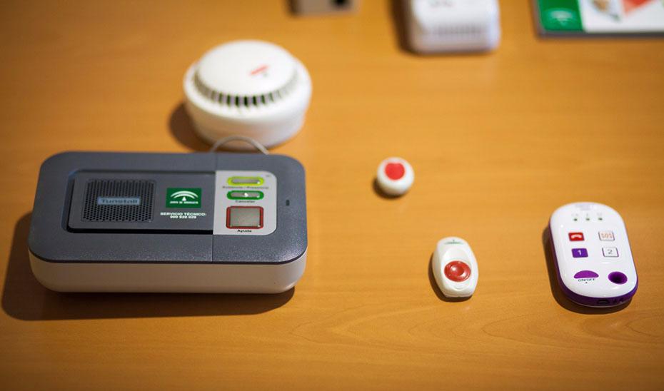 Dispositivos para la teleasistencia distribuidos por el Gobierno de Andalucía.