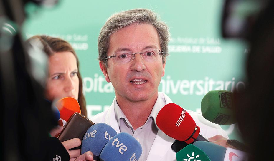 El doctor José Miguel Cisneros, portavoz de Salud y Familias por el brote de listeriosis, atendiendo a los medios. (Foto: EFE)