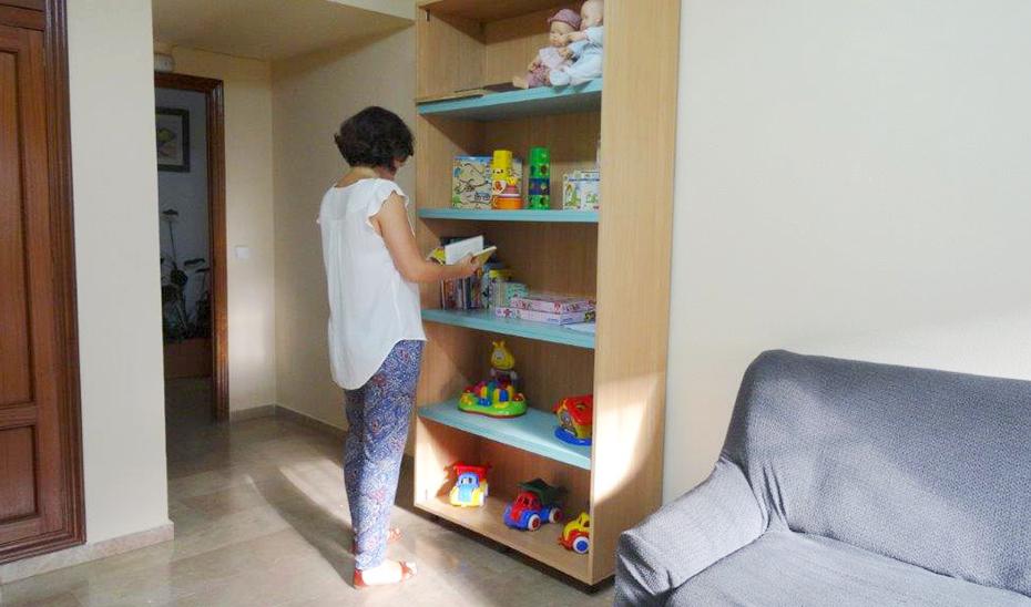 Una trabajadora revisa el material didáctico para los menores en un Punto de Encuentro Familiar gestionar por el Gobierno de Andalucía.